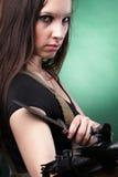 Γυναίκα στρατού με το πυροβόλο όπλο - όμορφη γυναίκα με το πλαστικό τουφεκιών Στοκ Εικόνα