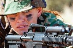 Γυναίκα στρατού με το πυροβόλο όπλο Στοκ Φωτογραφίες