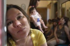 γυναίκα συγκέντρωσης οικογενειακού πορτρέτου στοκ εικόνες με δικαίωμα ελεύθερης χρήσης