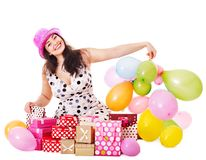 γυναίκα συμβαλλόμενων μερών εκμετάλλευσης δώρων κιβωτίων γενεθλίων στοκ φωτογραφία με δικαίωμα ελεύθερης χρήσης