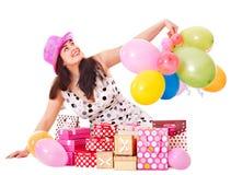 γυναίκα συμβαλλόμενων μερών εκμετάλλευσης δώρων κιβωτίων γενεθλίων στοκ εικόνες