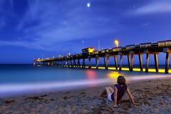γυναίκα συνεδρίασης ακτών νύχτας στοκ φωτογραφία με δικαίωμα ελεύθερης χρήσης