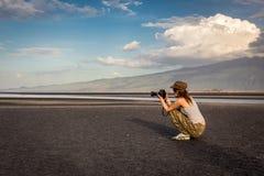 Γυναίκα συνεδρίασης που παίρνει την εικόνα της παραλίας Στοκ φωτογραφία με δικαίωμα ελεύθερης χρήσης