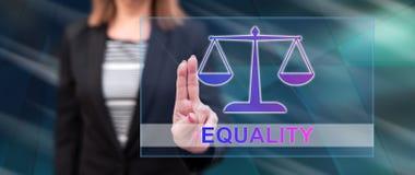 Γυναίκα σχετικά με μια έννοια ισότητας στοκ φωτογραφία με δικαίωμα ελεύθερης χρήσης