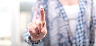 Γυναίκα σχετικά με μια εικονική οθόνη στοκ εικόνα με δικαίωμα ελεύθερης χρήσης