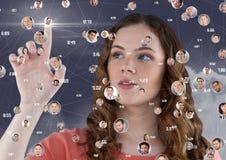 Γυναίκα σχετικά με τα ψηφιακά παραγμένα κοινωνικά εικονίδια δικτύωσης απεικόνιση αποθεμάτων