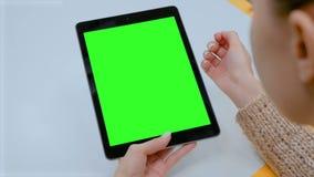 Γυναίκα σχετικά με την πράσινη επίδειξη οθονών επαφής οθόνης της μαύρης ψηφιακής ταμπλέτας στο σπίτι απόθεμα βίντεο