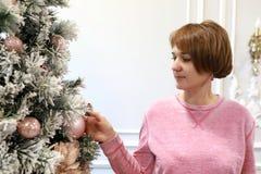 Γυναίκα σχετικά με τη διακόσμηση στοκ φωτογραφία με δικαίωμα ελεύθερης χρήσης