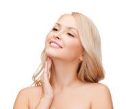Γυναίκα σχετικά με το λαιμό της στοκ φωτογραφία με δικαίωμα ελεύθερης χρήσης