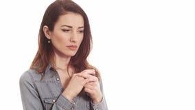 Γυναίκα σχετικά με το γαμήλιο δαχτυλίδι της που σκέφτεται για τα προβλήματα γάμου που απομονώνονται απόθεμα βίντεο