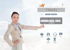 Γυναίκα σχετικά με App σπασιμάτων ταξιδιού με σκοπό τις διακοπές τη διεπαφή Στοκ Φωτογραφία