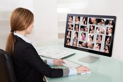 Γυναίκα σχεδιαστών που εργάζεται στον υπολογιστή Στοκ Εικόνα