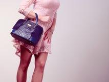 Γυναίκα σωμάτων μερών στο φόρεμα με την τσάντα Στοκ Εικόνες
