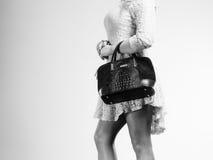 Γυναίκα σωμάτων μερών στο φόρεμα με την τσάντα Στοκ φωτογραφίες με δικαίωμα ελεύθερης χρήσης