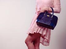 Γυναίκα σωμάτων μερών στο φόρεμα με την τσάντα Στοκ φωτογραφία με δικαίωμα ελεύθερης χρήσης