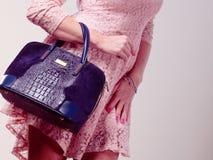Γυναίκα σωμάτων μερών στο φόρεμα με την τσάντα Στοκ Φωτογραφίες