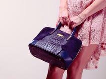 Γυναίκα σωμάτων μερών στο φόρεμα με την τσάντα Στοκ Εικόνα