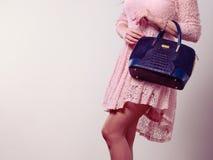 Γυναίκα σωμάτων μερών στο φόρεμα με την τσάντα Στοκ εικόνα με δικαίωμα ελεύθερης χρήσης