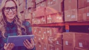 Γυναίκα σύνθεσης αποθηκών εμπορευμάτων στην αποθήκη εμπορευμάτων που συνδυάζεται με τη ζωτικότητα του συνδεδεμένου κόσμου φιλμ μικρού μήκους