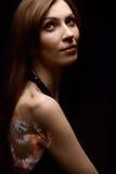 Γυναίκα σώμα-τέχνης πέρα από το μαύρο υπόβαθρο Στοκ εικόνα με δικαίωμα ελεύθερης χρήσης