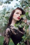 Γυναίκα τέχνης μόδας δέντρο της θερινής στο πλησίον ανθίζοντας Apple, φωτεινό κραγιόν Θερινή διάθεση άνοιξης, μυστήρια ρομαντική  Στοκ Φωτογραφίες