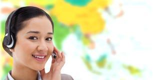 Γυναίκα ταξιδιωτικών πρακτόρων που φορά την κάσκα μπροστά από τον παγκόσμιο χάρτη στοκ εικόνα με δικαίωμα ελεύθερης χρήσης
