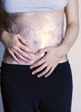 Γυναίκα την κοιλιά που τυλίγεται με στο πλαστικό Στοκ εικόνες με δικαίωμα ελεύθερης χρήσης