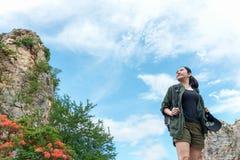 Γυναίκα της Ασίας οδοιπόρων που στέκεται στο δασικό ίχνος και που κοιτάζει μακριά Θηλυκό με το σακίδιο πλάτης και στρατοπέδευση σ Στοκ εικόνες με δικαίωμα ελεύθερης χρήσης
