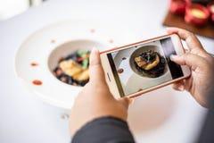 Γυναίκα της Ασίας που παίρνει τη φωτογραφία από το smartphone στοκ εικόνες
