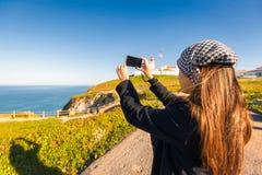 Γυναίκα της Ασίας ταξιδιού που παίρνει τη φωτογραφία στον απότομο βράχο θάλασσας Στοκ φωτογραφία με δικαίωμα ελεύθερης χρήσης
