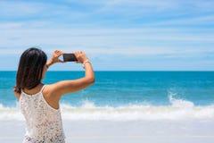 Γυναίκα της Ασίας ταξιδιού που παίρνει τη φωτογραφία Στοκ Εικόνα