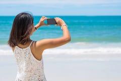 Γυναίκα της Ασίας ταξιδιού που παίρνει τη φωτογραφία Στοκ φωτογραφία με δικαίωμα ελεύθερης χρήσης