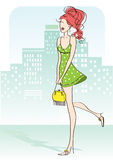 Γυναίκα της Νίκαιας με πράσινο λίγο φόρεμα και κίτρινη τσάντα Στοκ φωτογραφία με δικαίωμα ελεύθερης χρήσης