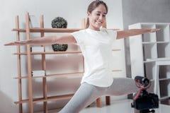 Γυναίκα της Νίκαιας που κάνει lunges στο σπίτι στοκ εικόνα με δικαίωμα ελεύθερης χρήσης