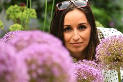 Γυναίκα της Νίκαιας στη φύση Στοκ Φωτογραφίες