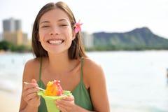 Γυναίκα της Χαβάης σε Waikiki που τρώει τον της Χαβάης πάγο ξυρίσματος στοκ φωτογραφίες με δικαίωμα ελεύθερης χρήσης