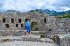 Γυναίκα-τουρίστας στους τοίχους φρουρίων της ακρόπολης στον παλαιό φραγμό, Μαυροβούνιο στοκ φωτογραφίες με δικαίωμα ελεύθερης χρήσης