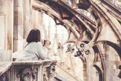 Γυναίκα τουριστών με τη κάμερα στη στέγη καθεδρικών ναών του Μιλάνου Στοκ εικόνες με δικαίωμα ελεύθερης χρήσης