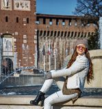 Γυναίκα τουριστών μπροστά από τη συνεδρίαση Sforza Castle κοντά στην πηγή Στοκ φωτογραφία με δικαίωμα ελεύθερης χρήσης