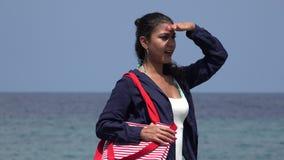 Γυναίκα τουριστών που εξετάζει τον ωκεανό απόθεμα βίντεο