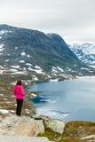 Γυναίκα τουριστών που υπερασπίζεται Djupvatnet τη λίμνη, Νορβηγία Στοκ Εικόνες