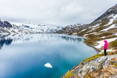 Γυναίκα τουριστών που υπερασπίζεται Djupvatnet τη λίμνη, Νορβηγία Στοκ φωτογραφία με δικαίωμα ελεύθερης χρήσης