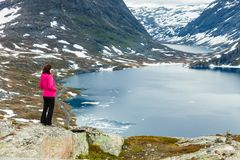 Γυναίκα τουριστών που υπερασπίζεται Djupvatnet τη λίμνη, Νορβηγία Στοκ Φωτογραφίες