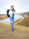 Γυναίκα τουριστών στα βουνά με τη λίμνη στοκ εικόνες με δικαίωμα ελεύθερης χρήσης