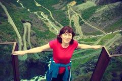 Γυναίκα τουριστών στην άποψη Trollstigen στη Νορβηγία Στοκ Φωτογραφίες