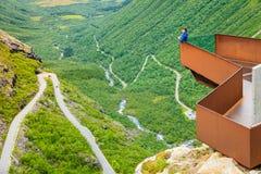 Γυναίκα τουριστών στην άποψη Trollstigen στη Νορβηγία Στοκ Εικόνες