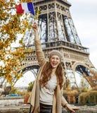 Γυναίκα τουριστών στο ανάχωμα σημαία αύξησης του Παρισιού, Γαλλία Στοκ εικόνες με δικαίωμα ελεύθερης χρήσης