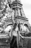 Γυναίκα τουριστών στο ανάχωμα σημαία αύξησης του Παρισιού, Γαλλία Στοκ Εικόνες