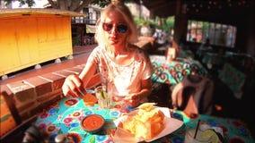 Γυναίκα τουριστών στο μεξικάνικο εστιατόριο Λα απόθεμα βίντεο