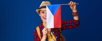 Γυναίκα τουριστών στο μπλε κλίμα που παρουσιάζει σημαία των τσέχικων Στοκ φωτογραφία με δικαίωμα ελεύθερης χρήσης